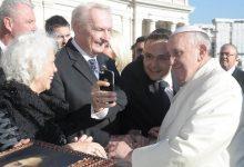 Selfie with the Pope: Gerald Grosz mit Seiner Heiligkeit Papst Franziskus in Rom