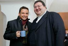Gerald Grosz mit dem Stiftspfarrer von Gurk Msgr. Gerhard Kalidz